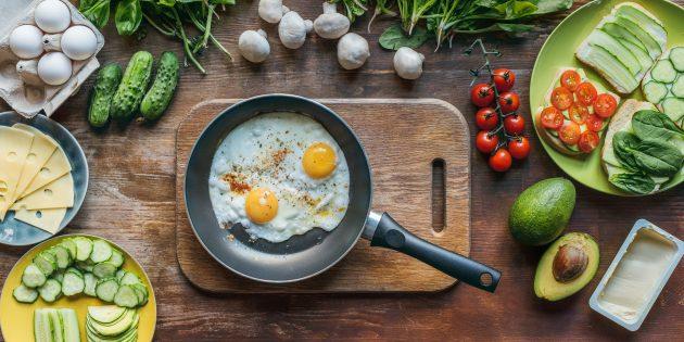 Яичница-глазунья с сыром и солёными огурцами