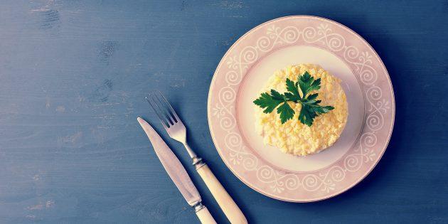 Салат с шампиньонами, рисом и крабовыми палочками