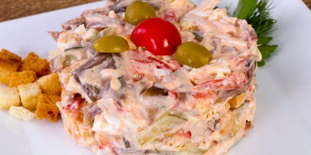 Салат с солёными огурцами, говядиной и помидорами