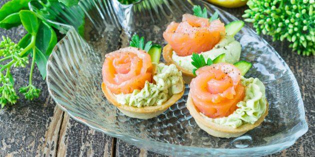 Тарталетки с творожным сыром, авокадо и красной рыбой: простой рецепт