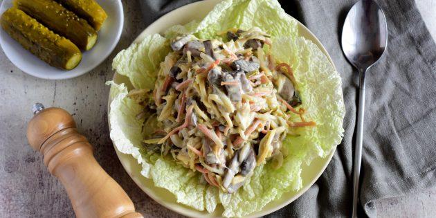 Салат с солёными огурцами, курицей и капустой