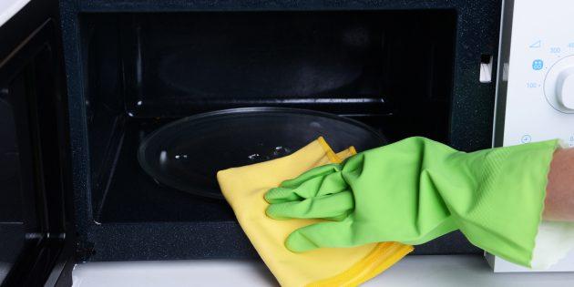 Как почистить микроволновку водой