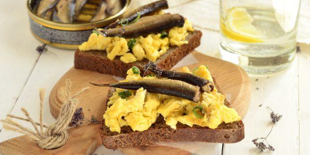 Рецепт бутербродов со шпротами и яичницей