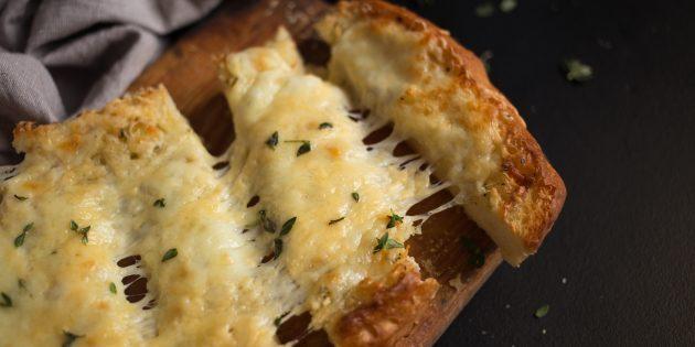 Чесночные гренки с сыром и ароматными травами