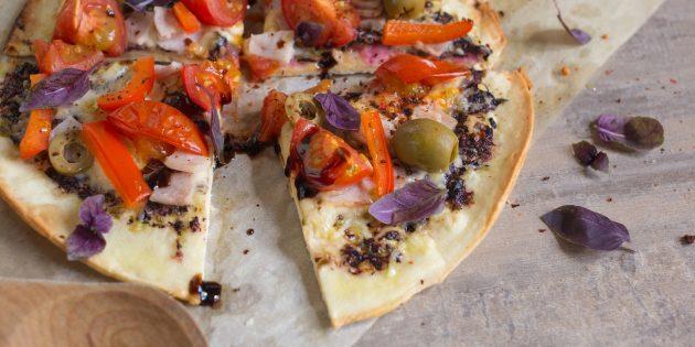 Пицца на тортилье с ветчиной, черри и перцем