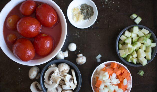 Овощи для рагу из фасоли нарежьте на произвольные крупные куски