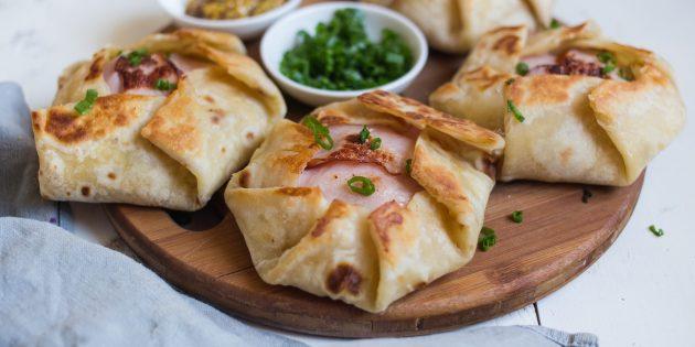 Кесадилья с сыром, вечтиной, горчицей и яичницей