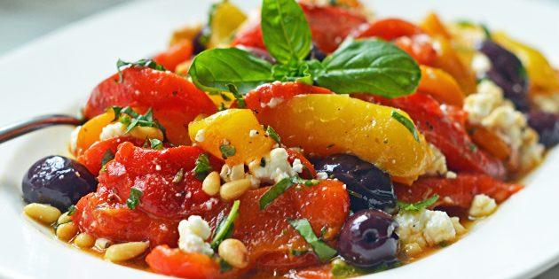 Салат с запечённым болгарским перцем, фетой, маслинами и кедровыми орехами