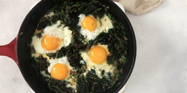 Как приготовить яичницу-глазунью с луком и шпинатом