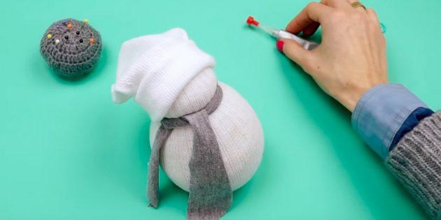 Снеговик своими руками: сделайте шарф и шапочку