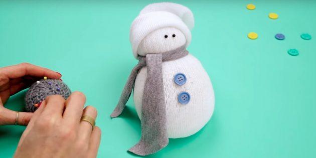 Снеговик своими руками: добавьте пуговицы и глаза