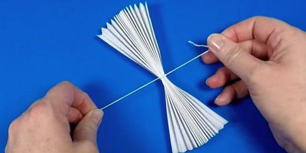 как сделать снеговика: склейте две гармошки и свяжите узлом