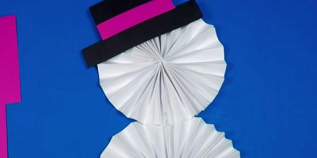 как сделать снеговика: приклейте шляпу