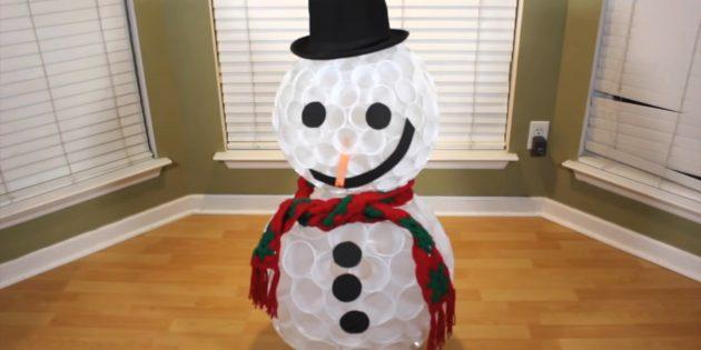 Как сделать снеговика своими руками из стаканчиков