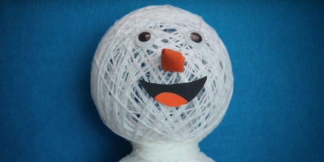 снеговик своими руками: добавьте глаза, нос и рот