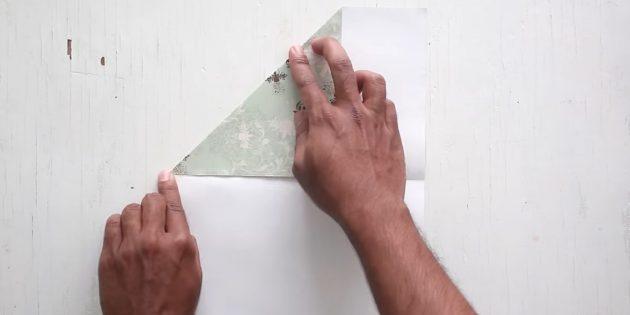 как сделать конверт: загните верхний угол