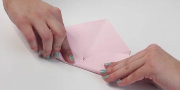 конверт своими руками: загните нижнюю часть