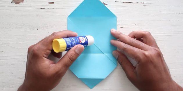конверт своими руками: смажьте бумагу клеем
