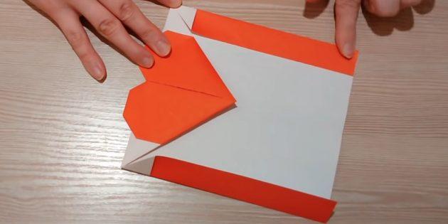 Переверните бумагу и загните боковые края
