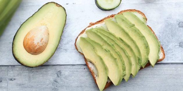 Бутерброды с авокадо, огурцом и хумусом: простой рецепт