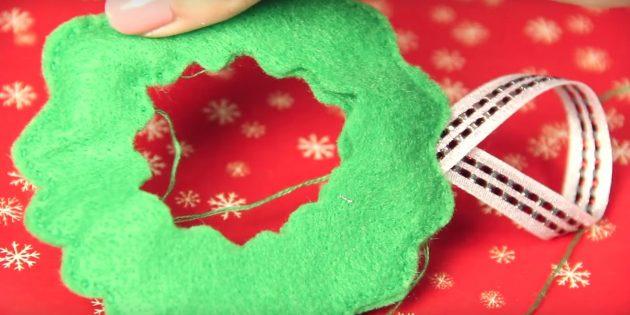 Ёлочные игрушки своими руками: прошейте края и добавьте петлю