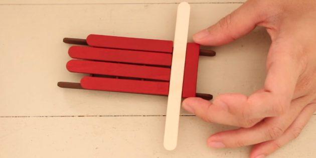 Игрушки на ёлку своими руками: покрасьте палочки и сформируйте сани