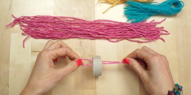 Ёлочные игрушки своими руками: просуньте пряжу во втулку