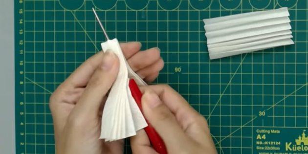 Ёлочные игрушки своими руками: сделайте отверстие в большой детали