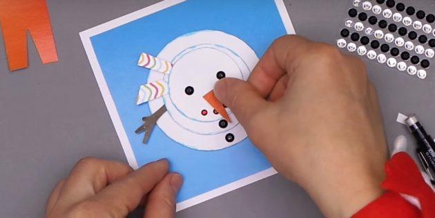 как сделать новогоднюю открытку: завершите снеговика