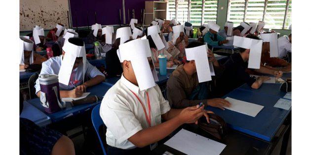 бумажные шлемы на экзамене