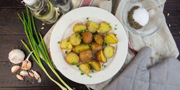 Запечённый молодой картофель с солью и уксусом