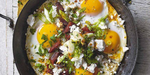 Яичница-глазунья c колбасой, фетой и зеленью