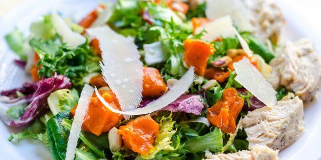 Рецепты: Салат из тыквы с курицей, зеленью, пармезаном и медово-горчичной заправкой