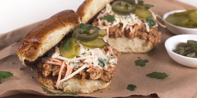 Сэндвич с курицей барбекю и капустным салатом