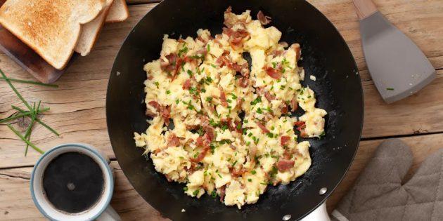 Яичница-болтунья с беконом, сливками и сыром: простой рецепт