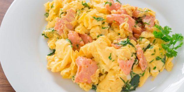 Яичница-болтунья с копчёным лососем, сливками и зеленью