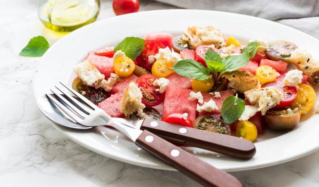 Салат капрезе с арбузом
