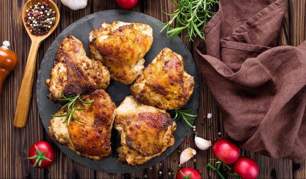 Запечённые куриные бёдра с мёдом, чили и паприкой