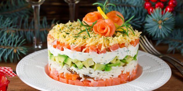 Рецепты салатов: слоёный салат с рисом, сёмгой, авокадо и сыром