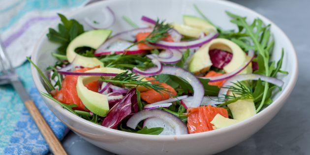 Простые рецепты салатов: салат с красной рыбой, авокадо и зеленью