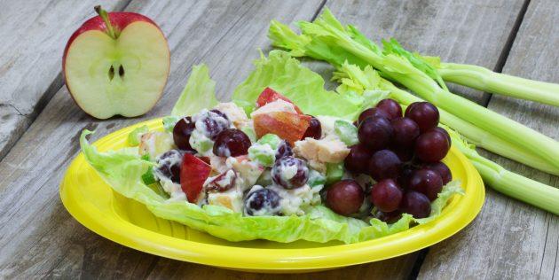Как приготовить салат с яблоком, курицей, сельдереем, виноградом и грецкими орехами