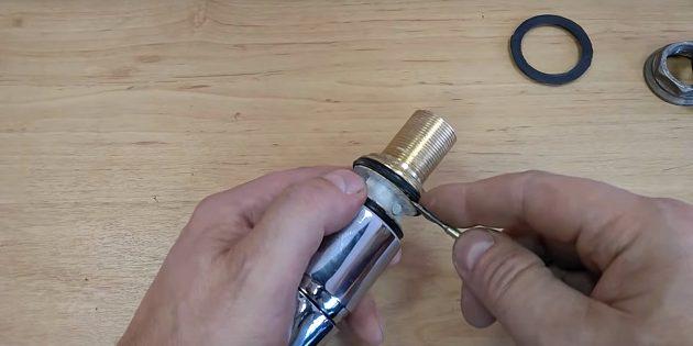Ремонт смесителя: подденьте резиновые кольца