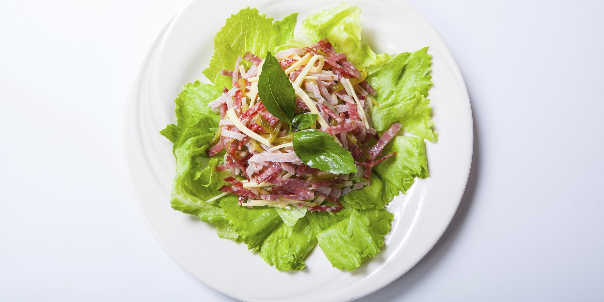 10 классных салатов с копчёной колбасой