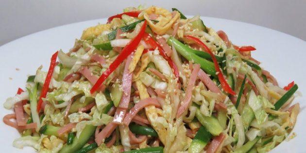 Салат с ветчиной, пекинской капустой и огурцом