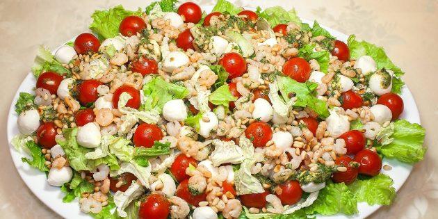 простой рецепт салата с креветками, сыром и кедровыми орешками
