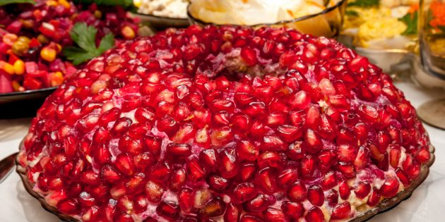 Простой рецепт салата «Гранатовый браслет» с колбасой и огурцами