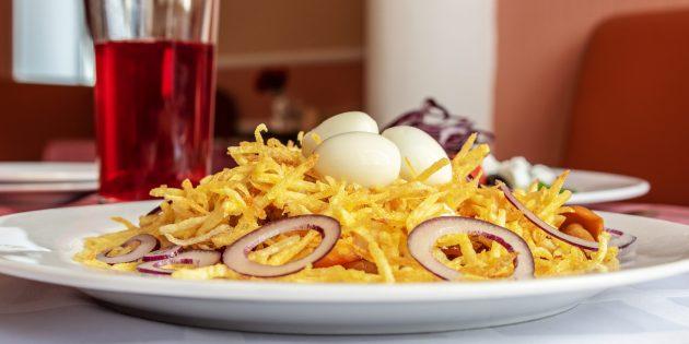 Рецепт салата «Гнездо глухаря» с колбасой и свежими огурцами