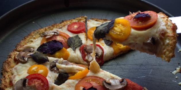 Низкокалорийная пицца из цветной капусты с грибами и базиликом