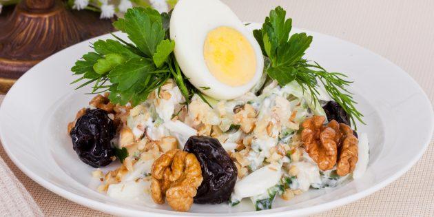 Салат с грецкими орехами, ветчиной и огурцами