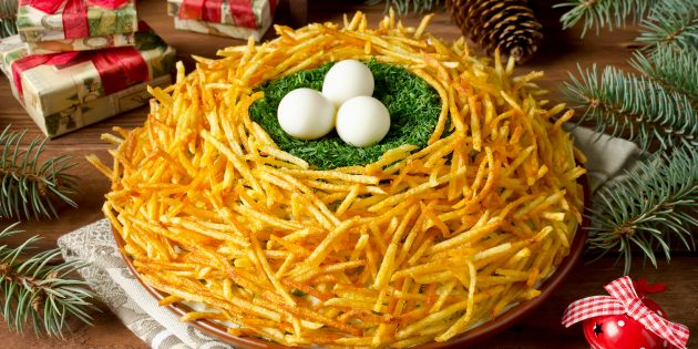 Классический салат «Гнездо глухаря» с перепелиными яйцами и жареной картошкой
